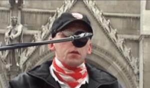 Robert Kiss przemawia na wiecu Gwardii Węgierskiej, 2007 r.; kadr z klipu wideo umieszczonego na portalu społecznościowym YouTube.