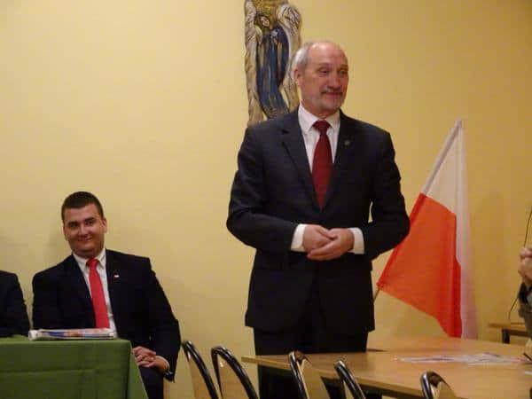 Macierewicz odtajni dokumenty specsłużb PRL