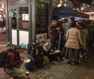 Uchodźcy syryjscy otrzymują posiłek na sztokholmskim Dworcu Centralnym / fot. Wikimedia Commons