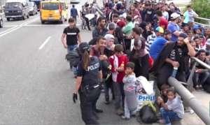 Uchodźcy na niemieckiej drodze. źródło: Youtube