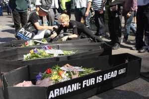 Protest PETA przeciwko futrom naturalnym, fot. wikimedia commons