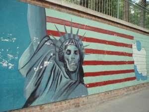 Słynny mural z 2007 na budynku byłej ambasady USA w Teheranie. Fot. flickr.com/ David Holt