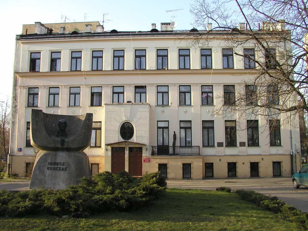 Budynek dawnego Domu Sierot, obecnie siedziba Domu Dziecka Nr 2 im. Janusza Korczaka oraz Ośrodka Dokumentacji i Badań KORCZAKIANUM, fot. wikimedia commons