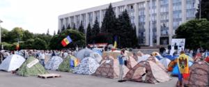 """Miasteczko protestacyjne """"Godności i Prawdy"""" w centrum Kiszyniowa / fot. Wikimedia Commons"""