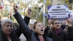"""Protesty w Turcji. Kobiety niosą transparent z hashtagiem """"Gwałt nie może być usprawiedliwiony"""" / fot. Twitter/Men in Black"""