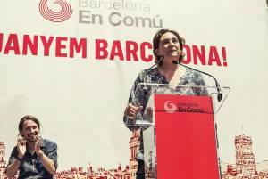 Kandydatka na prezydenta Barcelony Ada Colau. Na drugim planie Pablo Iglesias - lider partii Podemos.