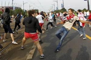 Polacy atakują Rosjan idących na mecz podczas Euro 2012/youtube.com