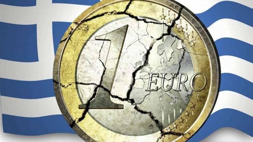 Obrazek z flagą Grecji w tle i rozpadającą się monetą o nominale jednego euro. Darmowy obrazek z Pixabay.com