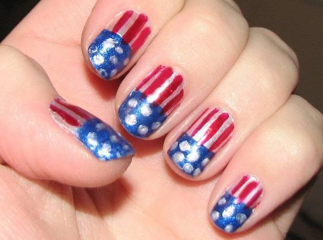 Paznokcie pomalowane w sposób przypominający flagę USA