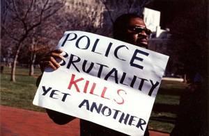 Czarny protestująćy przeciw policyjnej przemocy.