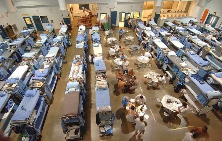 Przeludniony zakład karny w Kalifornii, Wikimedia