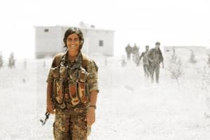Kurdyjska bojowniczka z oddziałow YPJ / facebook.com/PeoplesDefenseUnits