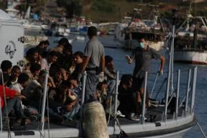 Łodź z imigrantami w okolicach włoskiej wyspy Lampedusa / www.flickr.com/photos/noborder