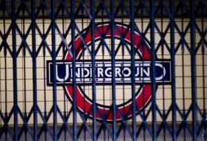 Zamknięta brama jednej ze stracji londyskiego metra/wikipedia commons