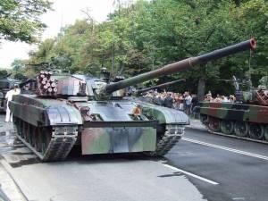 PT91 Twardy - polski czołg na defiladzie w stolicy / wikipedia commons