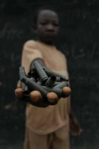 """Fotografia """"zdmobilizowanego"""" chłopca zmuszonego do walki po stronie katolików. Źródło: Flickr."""