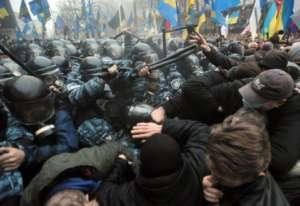 Zamieszki pod ukraińskim parlamentem / twitter.com