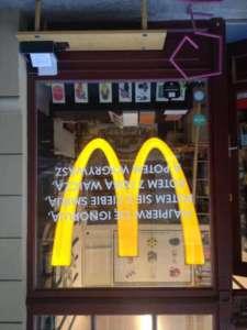 Witryna sklepu Bęc Zmiany opatrzona logiem McDonalda - znakiem protestu przeciwko wyzyskowi i zwolenieniu Pawła Matusza / fot. Kasia Lisiecka