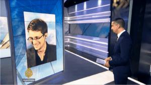 Fotografia przedstawiająca Edwarda Snowdena w rozmowie z M. Hassanem, dziennikarzem TV Al-Jazeera.