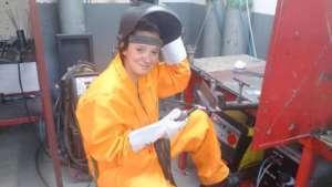 Pani Paulina, jedna z uczestniczek kursu, obecnie pracuje jako spawaczka- fot. Fundacja Gospodarcza