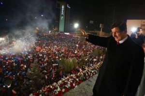Premier Ahmet Davutoglu przyjmuje owacje na wiecu powyborczym / facebook.com/akparti