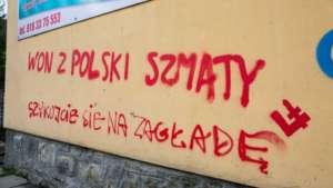 Neonazistowskie hasła na blokach w Limanowej / twitter.com