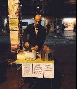 Alex Assali karmi bezdomnych na berlińskiej ulicy / twitter.com