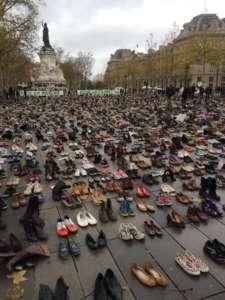 Buty ustawione na Placu Republiki w geście protestu/ twitter.com/David Shukman