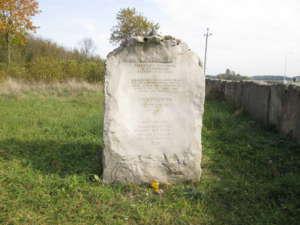 Pomnik na cmentarzu żydowskim w Jedwabnem, wikimedia commons/PanSG