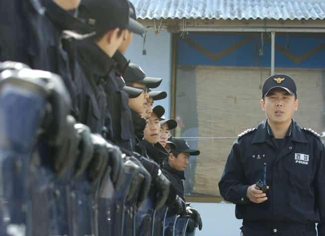 Szpaler południowkoreańskich policjantów.
