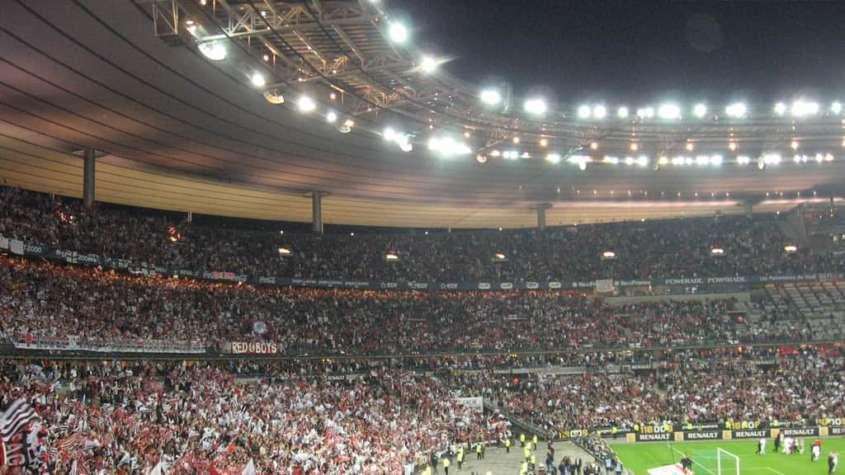 Wypełniony kibicami Stade de France - tu miało dojść do pierwszego ataku, fot. Wikimedia Commons