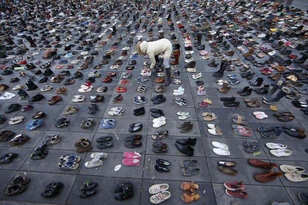 Fotografia butów ustawionych przez demonstrantów w Paryżu.