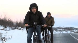 Syryjscy uchodźcy na rowerach w drodze do Norwegii / youtube.com