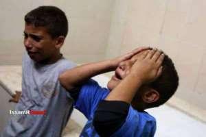 Koledzy zabitego przez wojsko izraelskie 13-letniego Ahmada Abdullaha Sharaki płaczą na wieść o jego śmierci. Żródło: International Middle East Media Center, foto: Issam Imawi