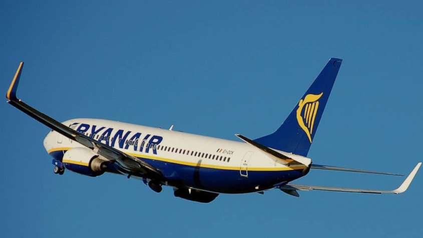 Samolot w barwach linii lotniczej Ryanair.