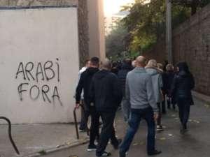 """Manifestacje na Korsyce. Na ścianie widoczny napis """"Arabowie precz"""" w miejscowym języku / fot. Julien Cholin, Twitter"""