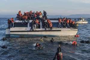 Uchodźcy z Syrii i Iraku u wybrzeży wyspy Lesbos / wikipedia commos