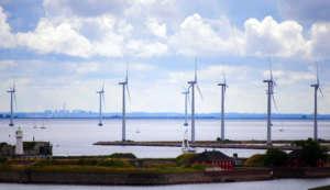Turbiny wiatrowe na duńskim wybrzeżu / wikipedia commons