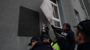 Posła Jaskóły zmagania z policją pod budynkiem Politechniki Częstochowskiej / youtube.com