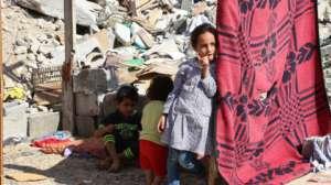 Dzieci na ruinach zniszczonego domu w miejscowości Bajt Hanun, źródło pixabay