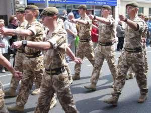 Parada żołnierzy Królewskiego Regimentu Księżnej Walii. Żołnierze tej jednostki byli oskarżani o zbrodnie w czasie walk w pobliżu  Madżar al-Kabir / fot. Wikimedia Commons