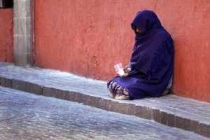Kobieta prosząca o datki na ulicy w Pradze / wikipedia commons