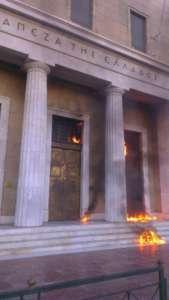 W trakcie zamieszek w Atenach demonstrujący podpalili siedzibę Narodowego Banku Grecji. / Źródło: https://twitter.com/SocialRevoluti1