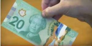 Kanada jest prekursorem jeśli chodzi o program pilotażowy dotyczący dochodu gwarantowanego. Między 1974 a 1979 rokiem mieszkańcy 10 tysięcznego miasteczka Dauphin otrzymywali stypendium niezależne od wykonywanej pracy. Program MINCOM pomógł 1000 rodzin wydostać się z pułapki ubóstwa, nie stwierdzono negatywnego wpływu na motywację ludzi do pracy. Mniej pracowały jedynie matki nowo narodzonych dzieci, oraz pracownicy nastoletni, którym program umożliwił dokończenie edukacji.
