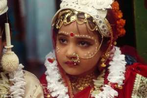 12 --letnia Hinduska z kasty dalitów wydawana za mąż za 10 lat starszego męża źródło:  http://www.litizen.com/story_new.php?name=Mrs.-Kalpana-Saroj-The-Self-Made-Millionaire-Award-Winner-Of-Padmashree-&story_id=2436