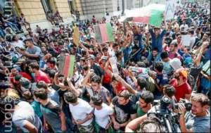 Niemcy stanowiły ulubiony  europejski cel uchodźców, na zdjęciu: protest Syryjczyków na węgierskiej stacji kolejowej proszących o przepuszczenie ich do Niemiec  źródło:  (Ferenc Isza/AFP/Getty Images) https://www.flickr.com/photos/syriafreedom/21253969332