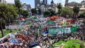 Protest 24 lutego na Plaza de Mayo https://twitter.com/hugoyasky