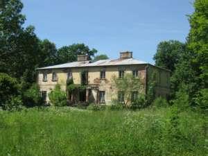 Opuszczony dwór na Mazurach, w gminie Wysokie Mazowieckie/ wikipedia commons