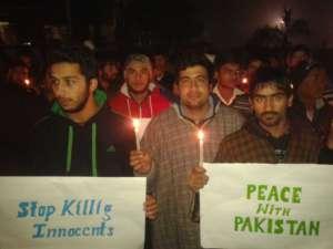 """""""Nie zabijajcie niewinnych"""", """"Dość terroryzmu w Pakistanie"""" - marsz przeciwko przemocy po zamahcu w Peszewarze, 2014 rok/wikimedia commons"""