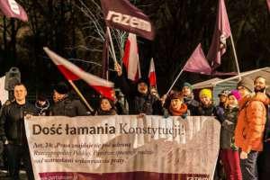 Partia Razem wyświetliła nieopublikowany przez rząd wyrok TK na elewacji Kancelarii Premiera/facebook.com/Razem
